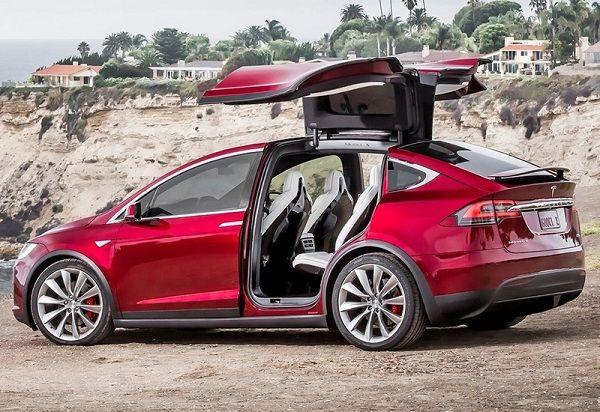 Tesla Model X P100D, вид сбоку слева, с открытыми дверьми