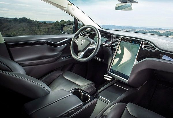 Tesla Model X P100D, руль и панель управления