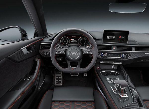 Интерьер спортивного Audi RS 5 Coupe