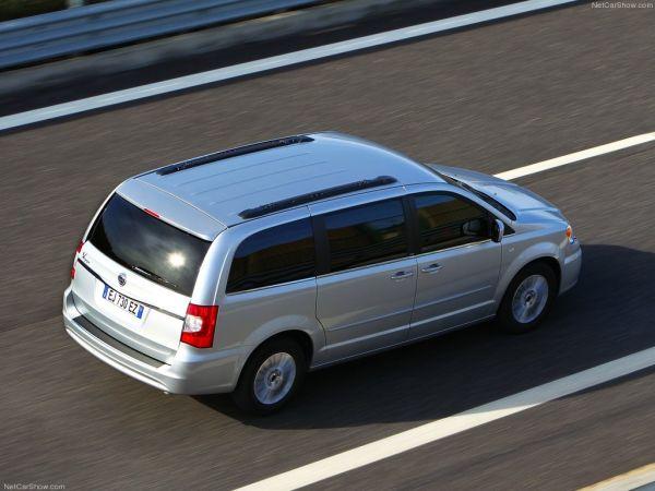 Lancia Voyager 2012, вид сзади и сбоку справа