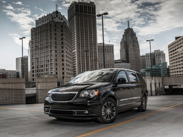 Chrysler Town and Country S - фото спереди