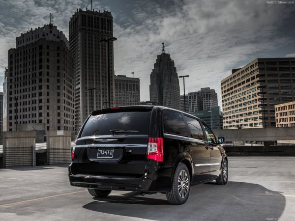 Chrysler Town and Country S 2013 - задняя часть