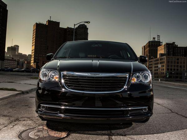 Новый Chrysler Town and Country S 2013 выглядит агрессивнее