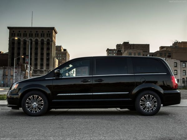 Chrysler Town and Country S 2013 - фото в профиль