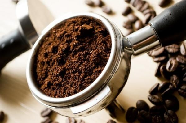 Молотый кофе устраняет запах бензина