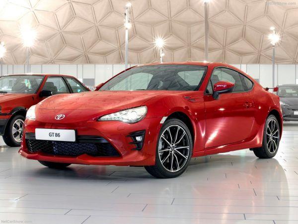 Toyota GT86 2017, вид спереди и сбоку слева