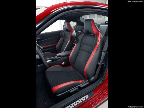 Тойота GT86 2017 года, передние сидения