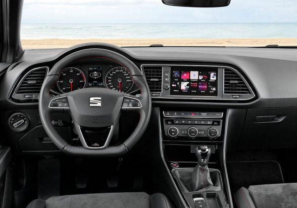 Интерьер обновленного хэчтбека SEAT Leon 2017