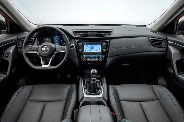 Nissan X-Trail 2017, руль и панель управления