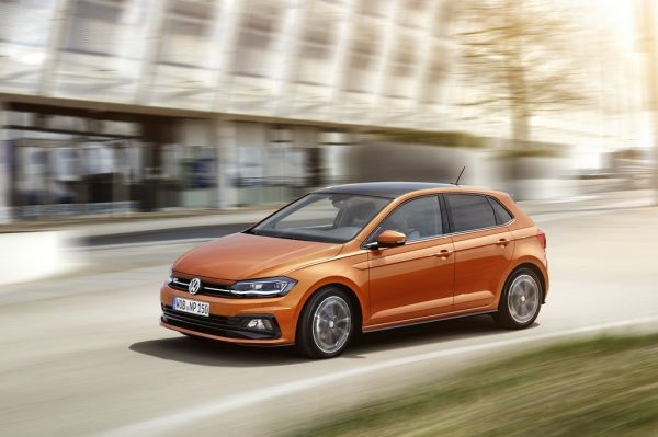 Volkswagen Polo 2017, вид спереди и сбоку слева