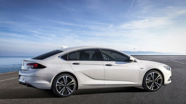 Opel Insignia, вид сбоку
