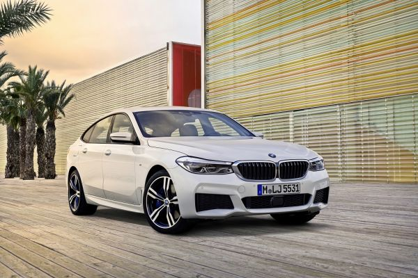 BMW 6 GT 2017, вид спереди и сбоку справа