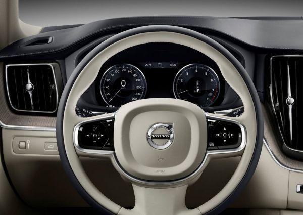 Водительское место кроссовера Volvo XC60 2018