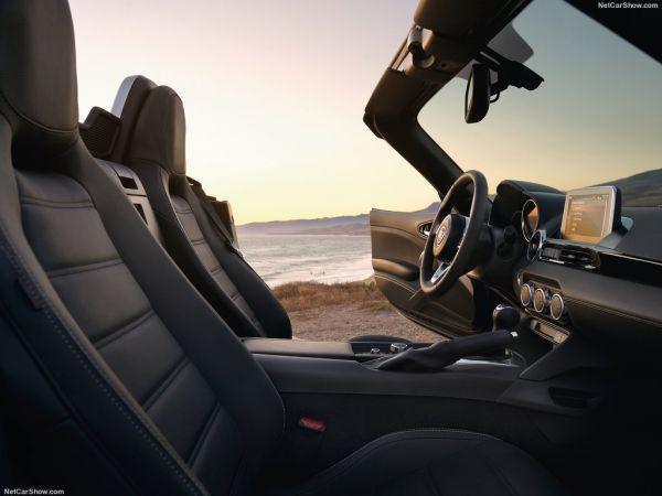 Fiat 124 Spider 2017, передние сидения