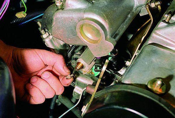 Проверка наличия топлива в топливной рампе ВАЗ 2114