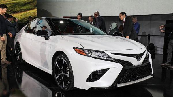 Toyota Camry 2017-2018, вид спереди и сбоку справа