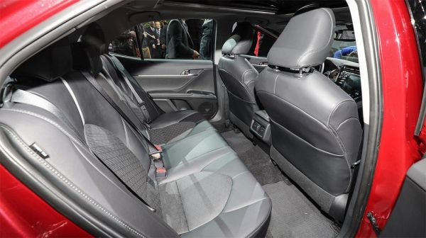 Toyota Camry 2017-2018, задние сидения