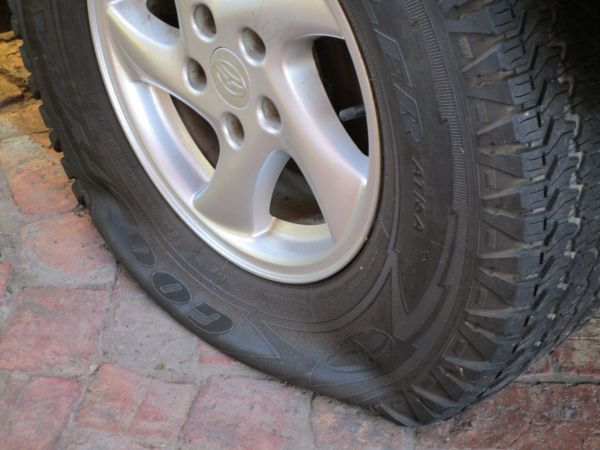 Спущенная шина автомобиля