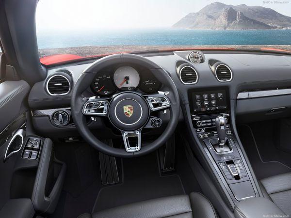 Порше 718 Boxster 2017 года, руль и панель приборов