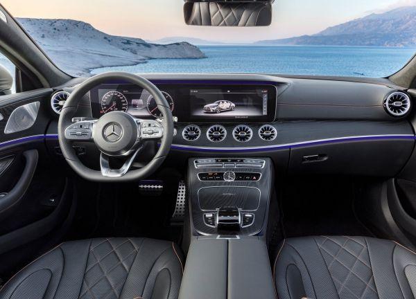 Передняя панель нового автомобиля