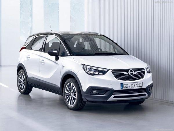 Opel Crossland X 2018, вид спереди и сбоку справа