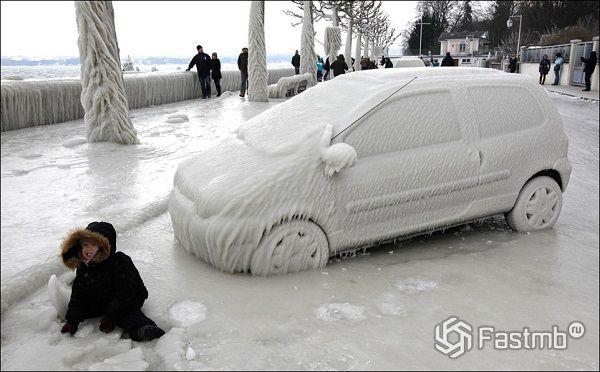 автомобиль, покрытый льдом