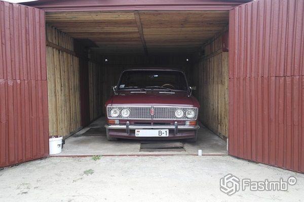 автомобиль в гараже