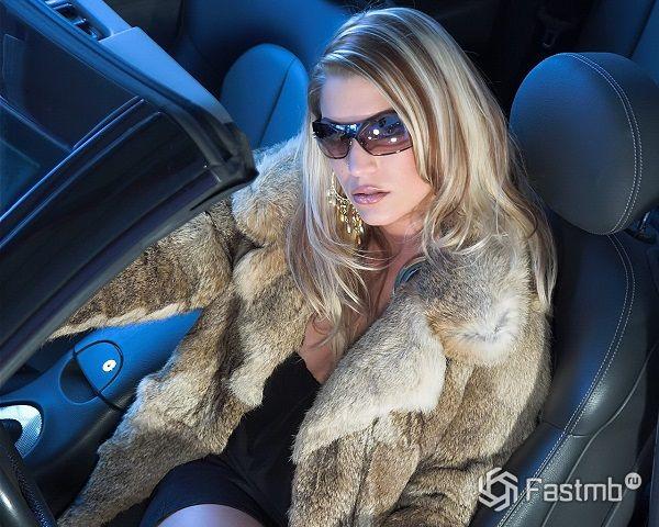 солнцезащитные очки для женщины в автомобиле