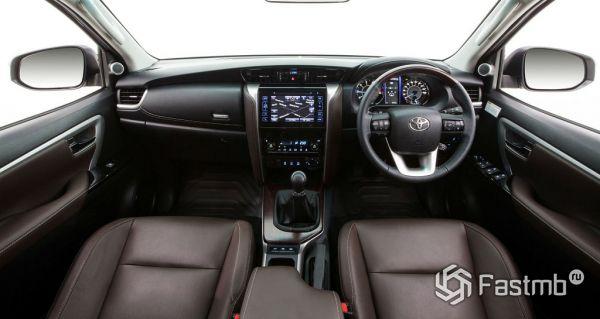 Toyota Fortuner 2017, руль и панель управления