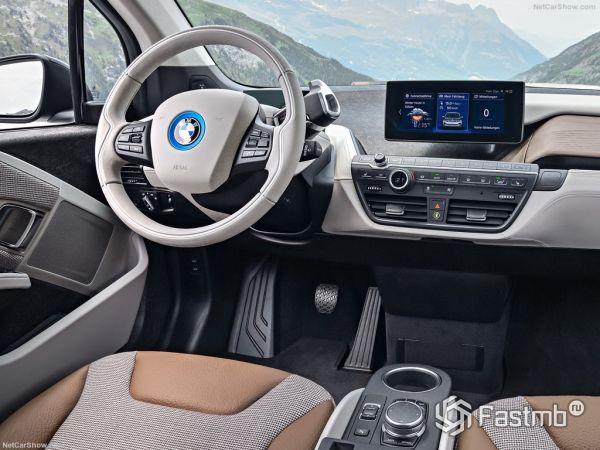 БМВ i3 2017-2018 года, руль и панель управления