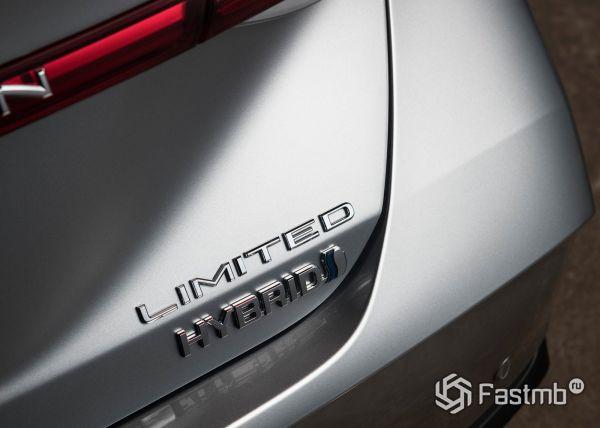 Шильдик гибридной комплектации Toyota Avalon 2019