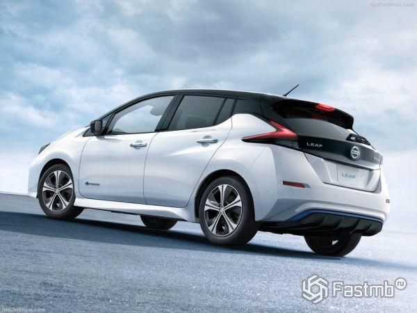 Nissan Leaf 2018, вид сзади и сбоку слева