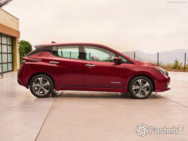 Nissan Leaf 2018, вид сбоку справа