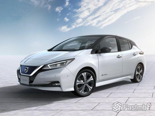 Nissan Leaf 2018, вид спереди и сбоку слева