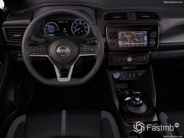 Nissan Leaf 2018, руль и панель управления