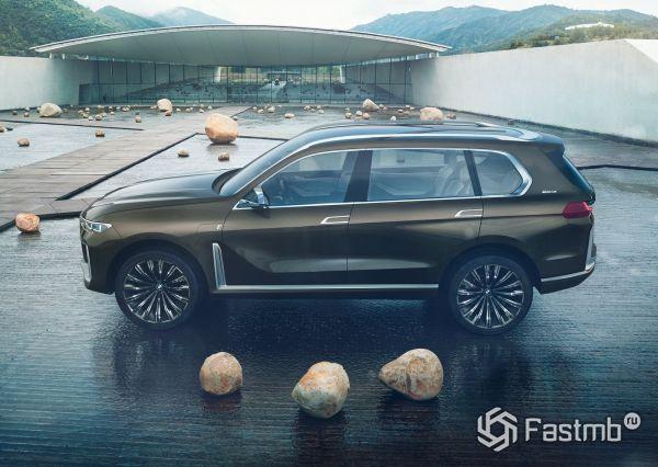 Новый семиместный BMW X7, вид сбоку