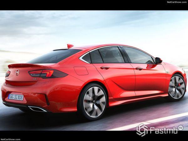 Opel Insignia GSi 2018, вид сзади и сбоку справа