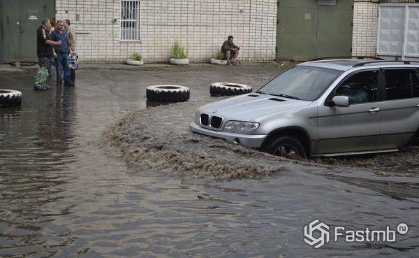 Пересечение луж автомобилем