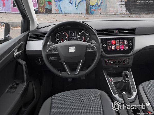 Seat Arona 2018, руль и панель управления