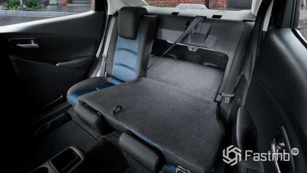 Второй ряд сидений седана