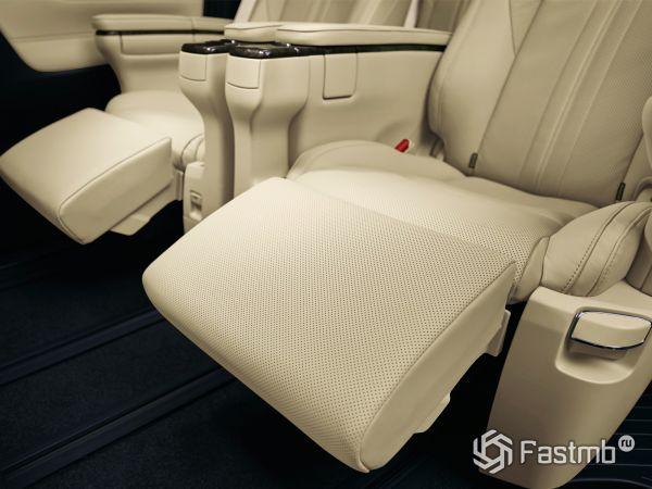 Второй ряд сидений автомобиля