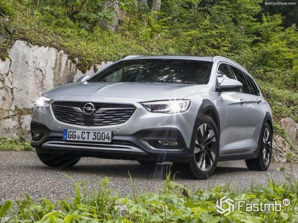 Opel Insignia Country Tourer 2018, вид спереди и сбоку слева
