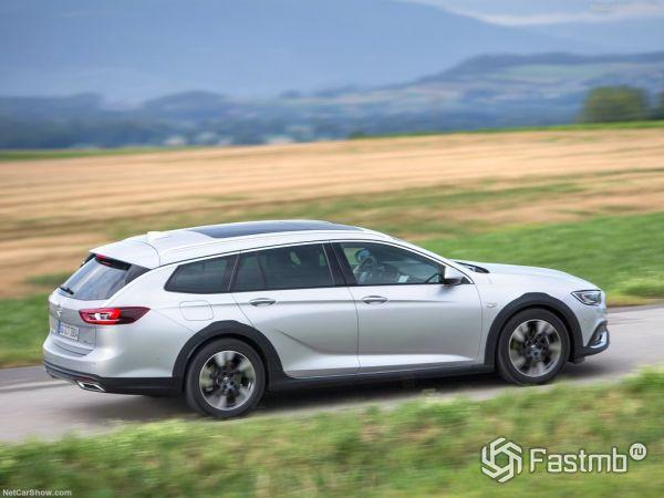 Opel Insignia Country Tourer 2018, вид сзади и сбоку справа