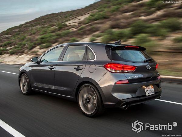 Hyundai Elantra GT 2018, вид сзади и сбоку слева