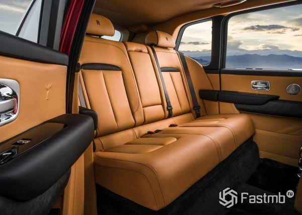 Второй ряд сидений Rolls-Royce Cullinan 2019