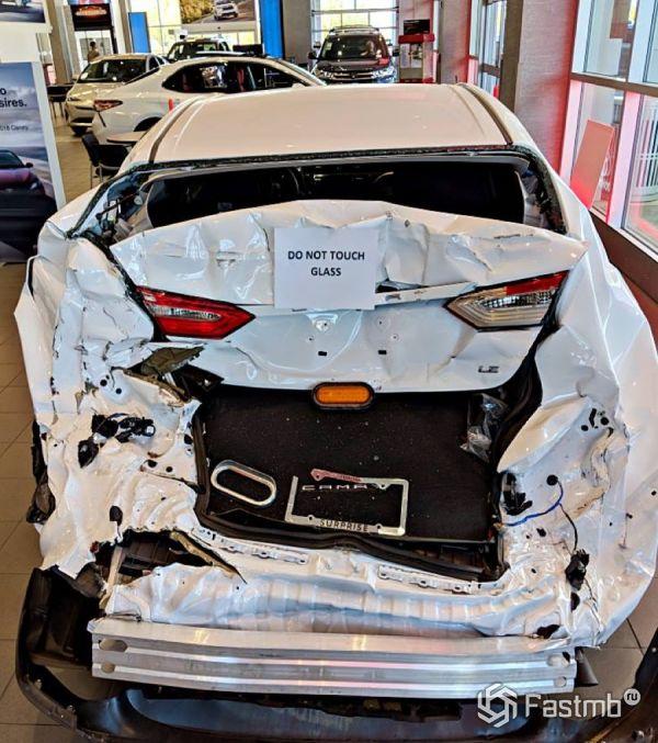 Разбитая Toyota Camry 2018, вид сзади