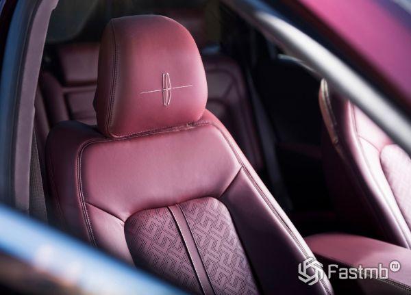 Бордовая обшивка передних сидений