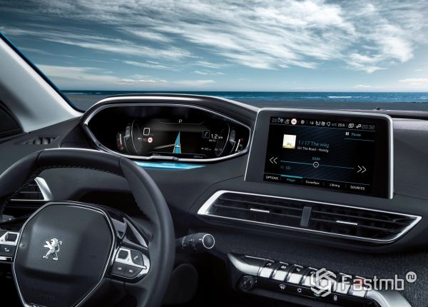 Рулевое колесо и цифровая панель приборов кроссовера