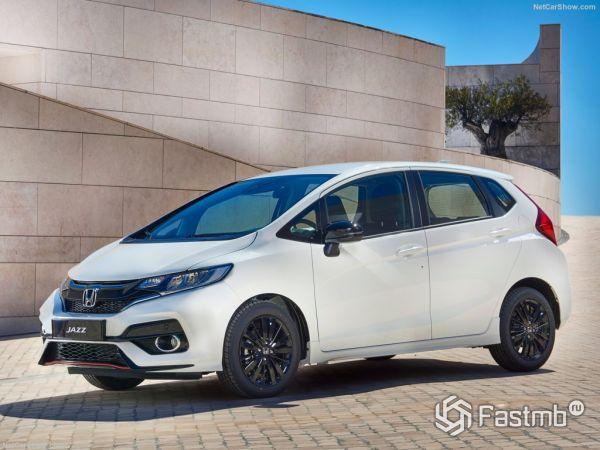Honda Jazz 2018, вид спереди и сбоку слева