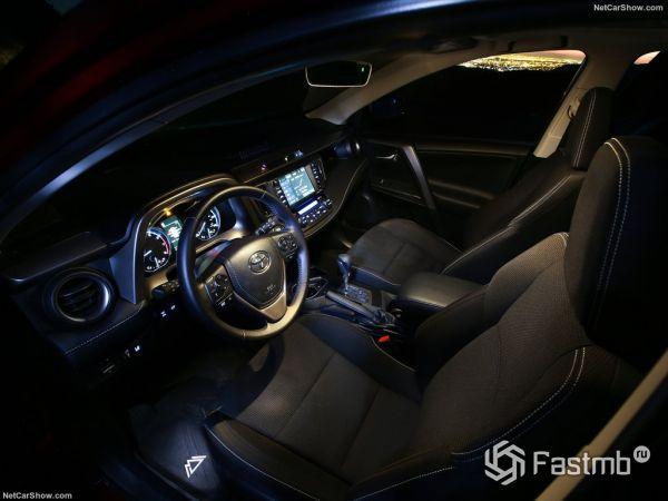 Тойота RAV4 Adventure 2018 года, руль, панель управления, передние кресла